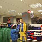 mannequin-man performming as a Living Mannequin: Mannequin man in the Crystal Palace Football Club Show wearing the current away strip for Crystal Palace FC on 16/02/2013