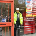mannequin-man performming as a Living Mannequin: live-mannequin-surprise-docklands-machine-mart-london-marathon-2016 for Machine Mart on 24/04/2016