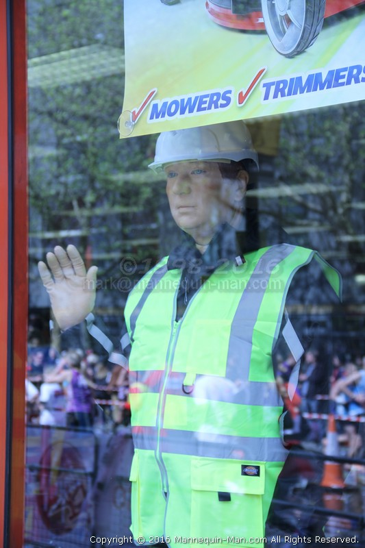 live-mannequin-surprise-docklands-machine-mart-london-marathon-2016. Live waving Mannequin in the window at Docklands Machine Mart during the London Marathon 2016