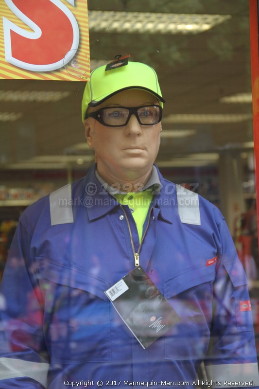 Mannequin man returns again as the machine mart's living waving mechanical mannequin, amusing visitors to the 2017 London Marathon. Machine Mart Living Mannequin-Man Surprises Spectators At The London Marathon 2017