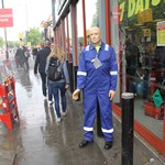 mannequin-man performming as a Living Mannequin: Mannequin man returns again as the machine mart's living waving mechanical mannequin, amusing visitors to the 2017 London Marathon for Machine Mart on 23/04/2017